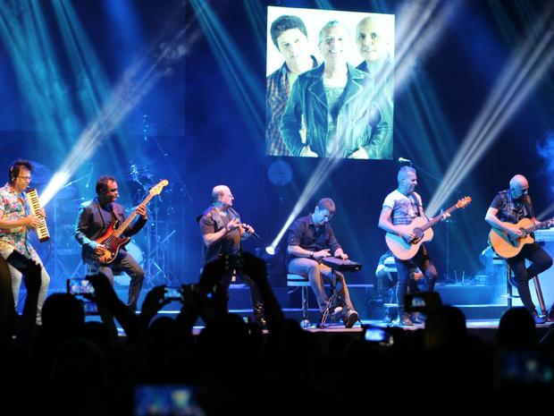 Banda começou show com música 'Sapato Velho', em bancos no centro do palco  (Foto: Jamile Alves/G1 AM)