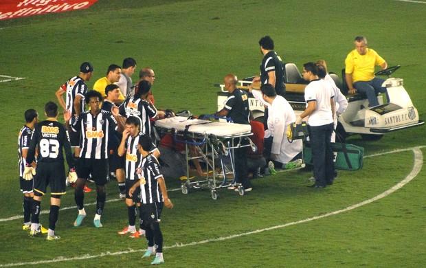 Rafael Marques, do Atlético-MG deixa a Vila de maca  (Foto: Fernando Martins / Globoesporte.com)