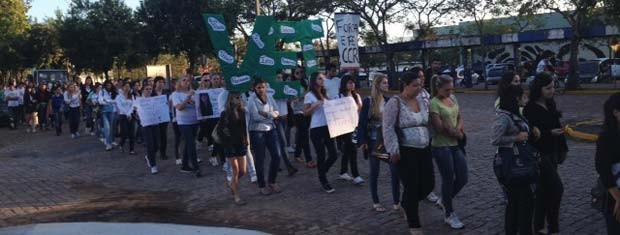 Jovens fazem caminhada no campus da UFSM (Foto: Roberta Salinet/RBS TV)