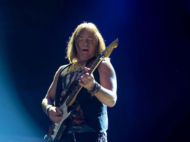 Dave Murray, guitarrista do Iron Maiden, durante show em Brasília (Foto: Alexandre Bastos/G1)