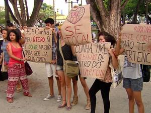 Grupo pintou cartazes contra projeto de lei de Cunha (Foto: Reprodução / TV Globo)