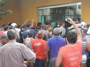 Manifeatante em frente a Cemig (Foto: Felipe Santos/G1)