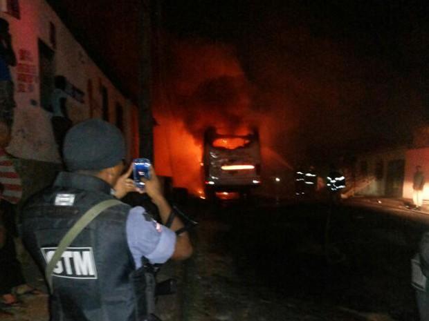 Ônibus incendiado neste domingo (22) em São Luís