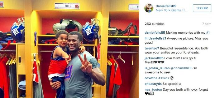 Daniel Fells no vestiário dos Giants com o seu filho (Foto: Reprodução/Instagram)