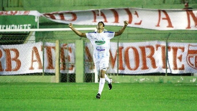 Nino Guerreiro comemora o terceiro gol do Crac em Coruripe (Foto: Ailton Cruz/ Gazeta de Alagoas)