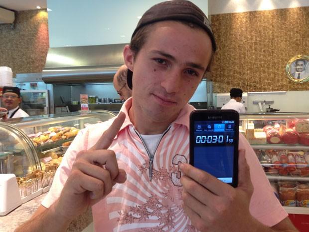 Erick Aranega bateu o recordo da padaria ao comer uma coxinha de 1kg em três minutos e um segundo (Foto: Glauco Araújo/G1)
