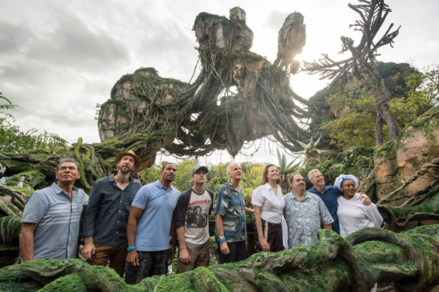 LAKE BUENA VISTA, FL - MAY 24: In this handout photo provided by Disney Resorts,  (L-R) Wes Studi, Joel David Moore, Laz Alonso, Sam Worthington, James Cameron, Sigourney Weaver, Jon Landau, Stephen Lang and CCH Pounder attend the dedication ceremony for  (Foto: Getty Images)
