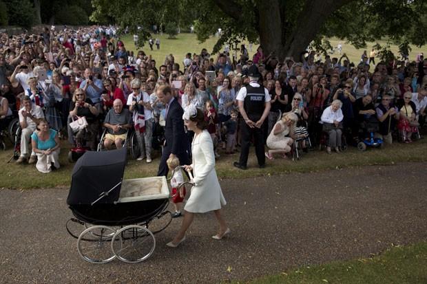 O príncipe William e a duquesa de Cambridge, Kate Middletonx, apareceram pela primeira vez com seus dois filhos, o príncipe George e a princesa Charlotte, ao chegarem para o batizado da menina, realizado em uma cerimônia em Sandringham, no Reino Unido neste domingo (Foto: Matt Dunham/AP)