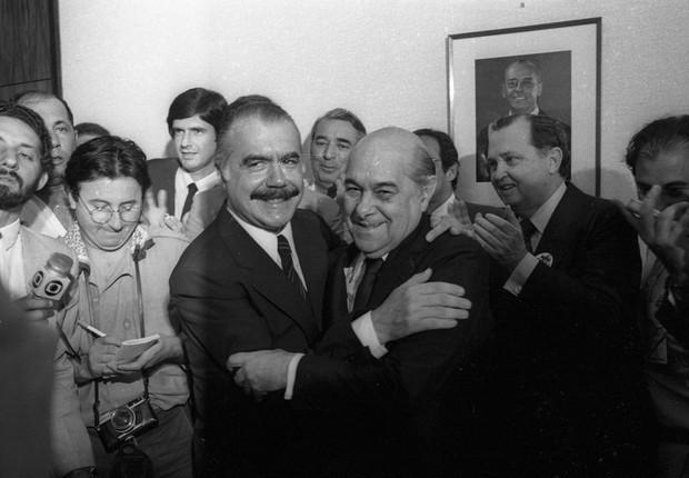 O abraço entre Tancredo Neves (à dir.) e José Sarney, na convenção nacional para homologar o nome de Tancredo à sucessão presidencial, em 12 de agosto de 1984 (Foto: Marcio Di Pietro / Agência O Globo)