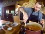 Sandro Ivanowski prepara um arroz carreteiro, no aniversário do programa