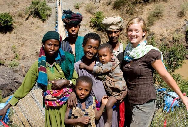 Avery ao lado da população local na construção de uma ponte sobre o Rio Nilo Azul, na Etiópia (Foto: Bridges to Prosperity)