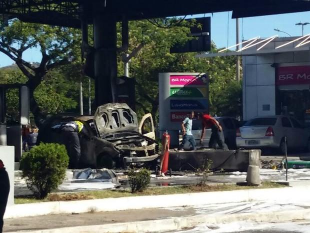 Carro pega fogo após bater em posto de gasolina (Foto: Glacieri Carraretto/Notícia Agora)