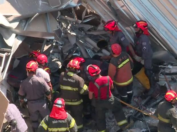Bombeiros trabalham para resgatar vítimas nos escombros do desabamento (Foto: Reprodução TV Globo)