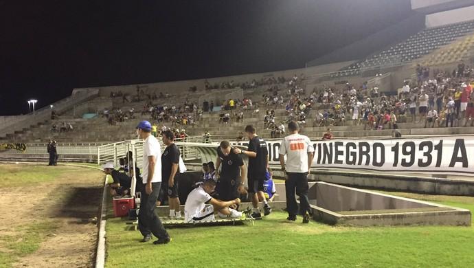 Bruno Maia sai machucado do jogo Botafogo-PB x Sousa (Foto: Lucas Barros / GloboEsporte.com)