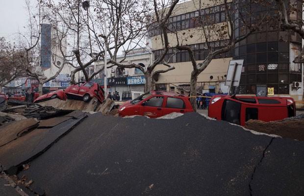 Carros tombados são vistos em ruas após a explosão ocorrida em Qingdao, província de Shandong  (Foto: Reuters)