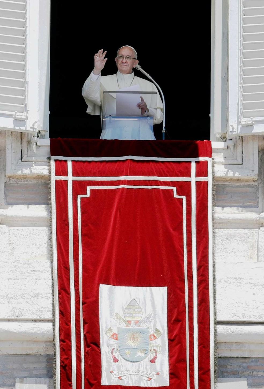 Papa Francisco discursa para fiéis na Praça de São Pedro, no Vaticano, neste domingo (28) (Foto: Alessandra Tarantino/AP)