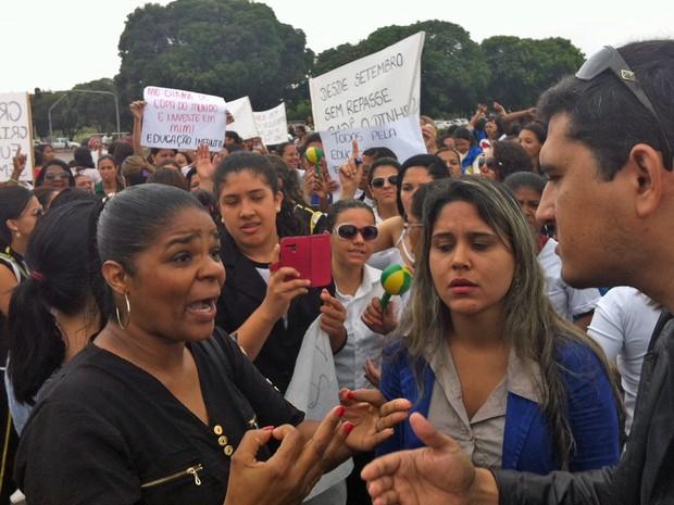 Funcionários de creches conveniadas fecham via no DF em protesto contra atrasos nos repasses (Foto: Isabella Formiga/G1)