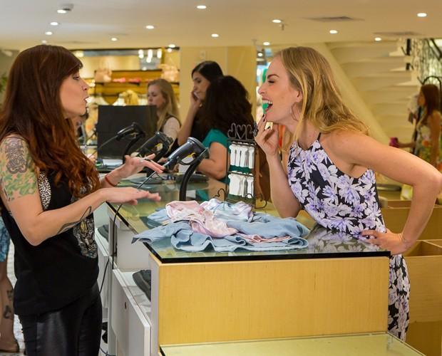 Pitty atende Angélica em loja feminina (Foto: Artur Meninea/Gshow)