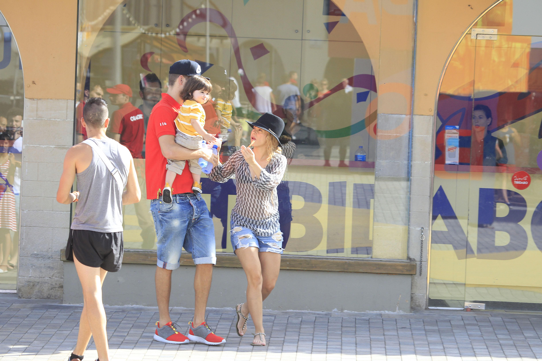 Shakira se diverte com o filho Milan e o marido, Gerard Piqué (Foto: The Grosby Group)