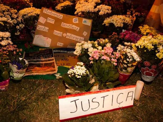 Sexta-feira (21) - Flores e faixas são deixadas em local do atropelamento em Ribeirão Preto, SP (Foto: Érico Andrade/G1)