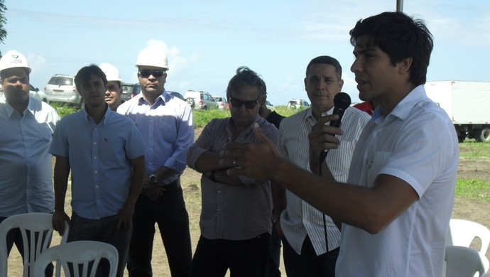 Prefeito da Barra de São Miguel participou da solenidade de início do Ninho do Galo (Foto: Denison Roma / Globoesporte.com)