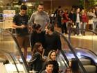 Giovanna Antonelli troca carinhos com o marido em shopping do Rio