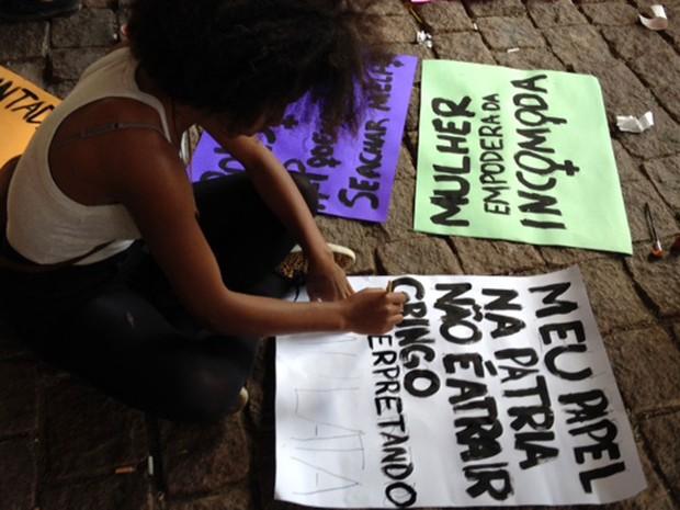 Grupo prepara cartazes em concentração antes da Marcha das Vadias na região da Avenida Paulista, em São Paulo (Foto: Paula Paiva Paulo/G1)