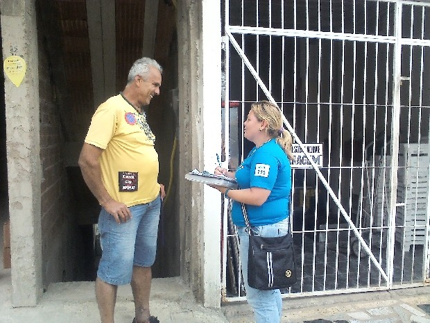 Técnicos da Cesan visitam cidadãos que ainda não estão ligados à rede de esgoto (Foto: Divulgação/ Cesan)