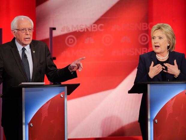 Pré-candidatos do partido Democrata, Bernie Sanders e Hillary Clinton em debate nesta quinta-feira (4)  (Foto: AP Photo/David Goldman)