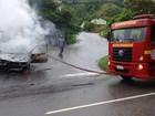 Carro fica destruído ao pegar fogo em cruzamento de ruas em Ipatinga