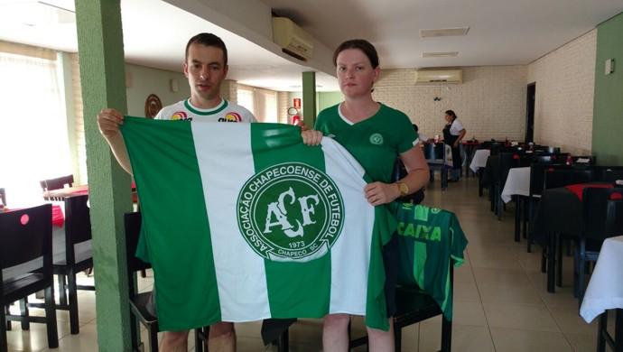 Casal são apaixonados pelo Chape e são sócios do clube (Foto: Cyntia Miranda/GloboEsporte.com)