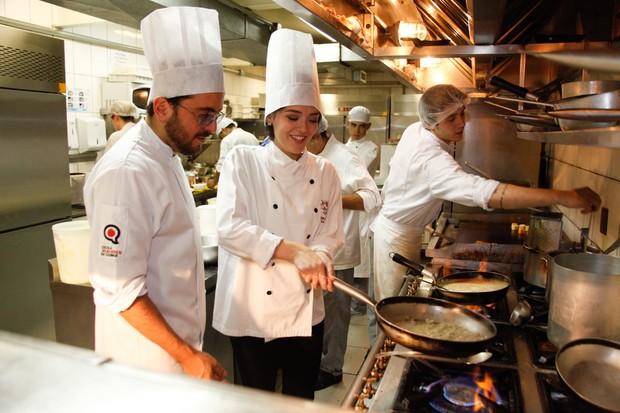 Isabelle Drummond cozinha em restaurante em São Paulo (Foto: Marcos Ribas/ Foto Rio News)