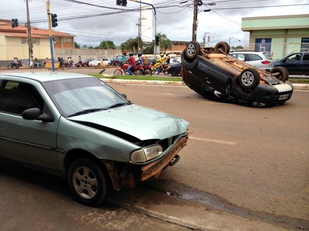 Carro bateu na traseira de veículo capotado (Foto: Ísis Capistrano)