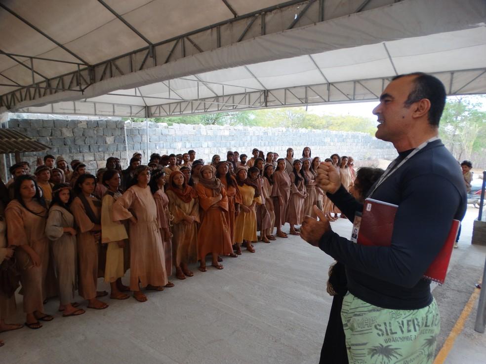 Alberto Brigadeiro passa orientações aos figurantes antes do ensaio (Foto: Joalline Nascimento/G1)