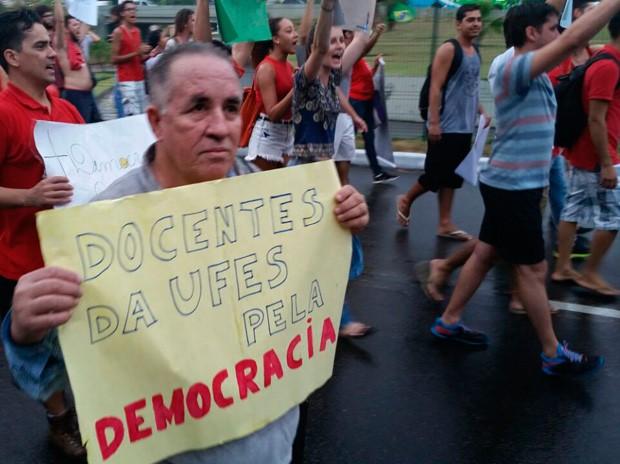 Servidor Adevair da Silva participar de manifestação pró-Dilma em Vitória, nesta sexta-feira (18)  (Foto: Caique Verli/ A Gazeta)