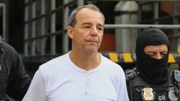 O ex-governador do Rio de Janeiro, Sérgio Cabral (PMDB), escoltado por agentes da Polícia Federal  (Foto: Geraldo Bubniak/Agência O Globo)