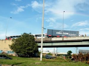 O cointêner não levava nenhuma carga, e pesa, aproximadamente 8 toneladas. (Foto: Mônica Dias/G1)