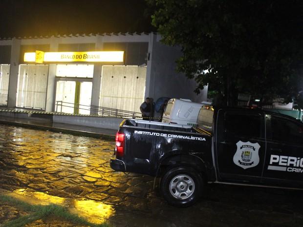 Agência foi isolada após assalto, em Piracuruca, no Piauí (Foto: Ellyo Teixeira/G1)