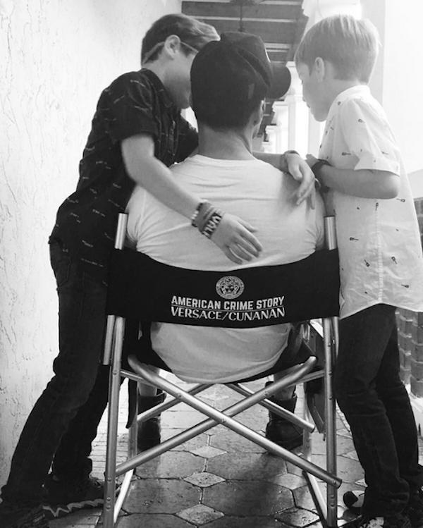 O cantor Ricky Martin com os filhos no set de filmagem de American Crime Story (Foto: Instagram)