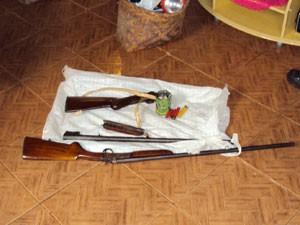 Armas encontradas pelos policiais na operação (Foto: Divulgação/Polícia Civil)