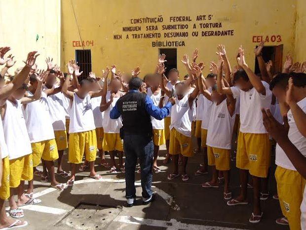 Silva Neto em meio aos apenados da cadeia de Sapé, na Paraíba (Foto: Silva Neto/Acervo Pessoal)