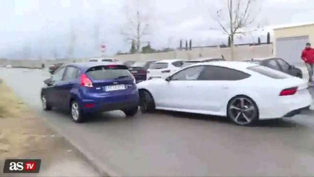 Benzema quase bate o carro na chegada ao treino do Real Madrid