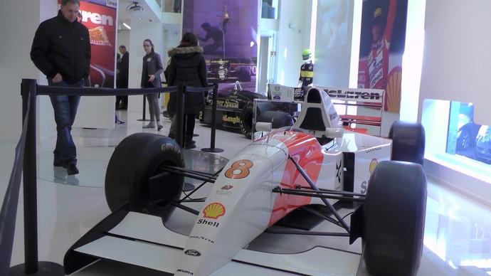 McLaren MP4/8 que Ayrton Senna usou em 1993 no espaço de arte de Del Piero (Foto: Claudia Garcia)