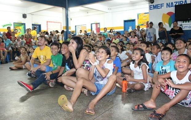 Crianças se divertem ao assistir aos curtas que produziram (Foto: Katiúscia Monteiro/ Rede Amazônica)