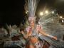 Ana Paula Minerato dispensa plumas e penas e entra com fantasia de LED