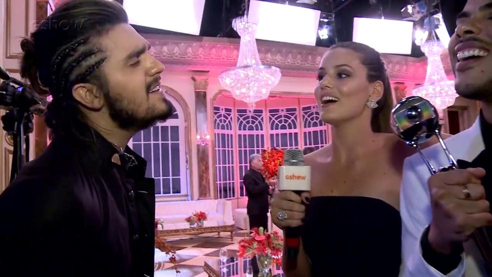 Luan Santana canta com Camila Queiroz (Foto: Gshow)