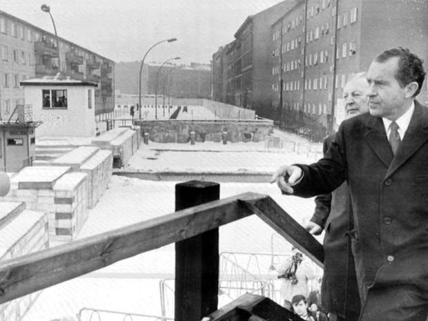 O presidente dos EUA Richard Nixon sobe em plataforma para observar o lado comunista de Berlim por cima do muro, em foto de fevereiro de 1969. Atrás dele, o chanceler alemão Kurt Kiesinger (Foto: AP/Arquivo)