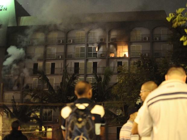 Fogo deixou quatro intoxicados, segundo os bombeiros (Foto: Adriano Lima/Brazil Photo Press/Estadão Conteúdo)