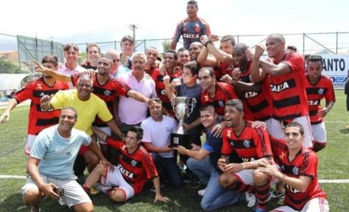 Jogadores do Flamengo celebram o título da 3ª etapa do Circuito Interestadual de futebol 7, no Espírito Santo (Foto: Divulgação/Arquivo)