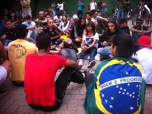Grupo impediu a sáida dos ônibus da garagem da empresa (Foto: Maria Freitas/ G1)